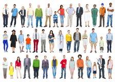 Stor grupp av multietniskt färgrikt olikt folk Arkivbilder