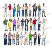 Stor grupp av multietniskt olikt folk som använder apparater arkivfoton