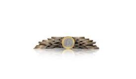 Stor grupp av mynt i stor hög med ett euro framme royaltyfri bild