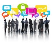 Stor grupp av olikt affärsfolk som tillsammans diskuterar Arkivbild