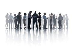 Stor grupp av olikt möte för affärsfolk Arkivfoton