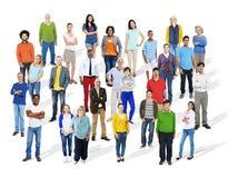 Stor grupp av olikt multietniskt färgrikt folk arkivfoto