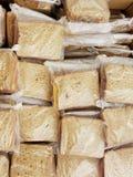 Stor grupp av smörgåsar på vetebröd som förbereds för det hungrigt royaltyfri fotografi