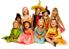 Stor grupp av ungar i allhelgonaaftondräkter Arkivbilder