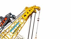 Stor gul konstruktionskran för tungt lyfta som isoleras på vit bakgrund Konstruktionsbransch kran för behållareelevator arkivbilder