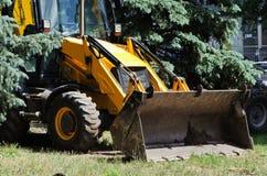 Stor gul traktor med en hink Arkivbild