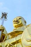 Stor guld- Bodhisattvastaty med blåttskyen Arkivfoton