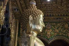 Stor guld- buddha för närbild staty i wat Ming Muang arkivbild