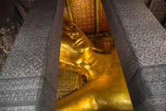 Stor guld- Buddha i templen Arkivbild