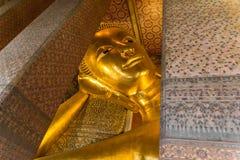 Stor guld- Buddha i templen Arkivfoto
