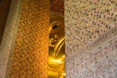 Stor guld- Buddha i templen Royaltyfria Foton