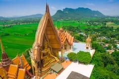 Stor guld- Buddha i templet, Kanchanaburi Thailand Royaltyfri Bild