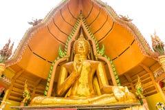 Stor guld- Buddha i Wat Tham Suea, Kanchanaburi, Thailand Royaltyfri Foto