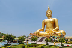 Stor guld- Buddha på Wat Muang av det Ang Thong landskapet Arkivfoto