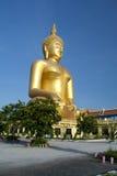 Stor guld- Buddha staty Arkivfoto