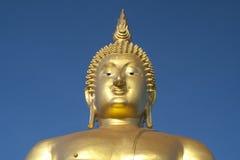Stor guld- Buddhastaty Arkivfoton