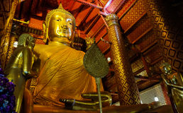Stor guld- Buddhastaty i tempel på den Wat Panan Choeng Worawihan templet, Ayutthaya, Thailand Royaltyfria Foton