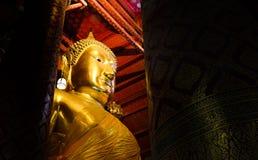Stor guld- Buddhastaty i tempel på den Wat Panan Choeng Worawihan templet, Ayutthaya, Thailand Royaltyfri Fotografi