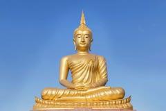 Stor guld- Buddhastaty i thailändsk tempel Royaltyfri Fotografi