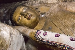 Stor guld- Buddhastaty inom av den Dambulla grottatemplet Royaltyfria Foton