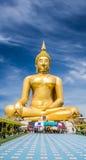 Stor guld- Buddhastaty och blå himmel Royaltyfria Foton