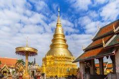 Stor guld- för tempelwat för pagod offentligt phra den hariphunchai på lamphun Thailand Arkivfoton
