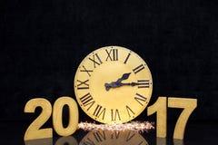 Stor guld- klocka för jul på svart lyxig bakgrund Med kopiera utrymme Nummer av det nya året 2017 Royaltyfri Bild