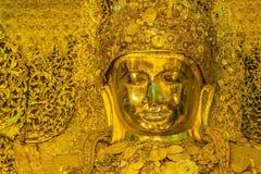 Stor guld- Mahamuni Buddha staty Arkivbilder