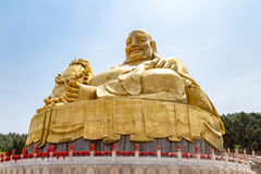 Stor guld- staty av Buddha i Qianfo Shan, Jinan, Kina Arkivfoto