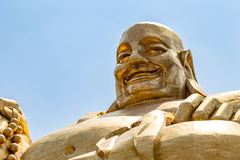 Stor guld- staty av Buddha i Qianfo Shan, Jinan, Kina Arkivfoton