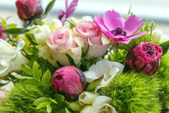 Stor härlig bukett av pioner, rosor, anemoner i en vas Royaltyfria Bilder