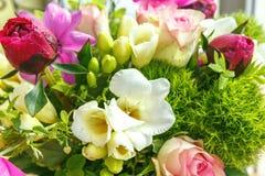Stor härlig bukett av pioner, rosor, anemoner i en vas Arkivfoto