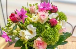 Stor härlig bukett av pioner, rosor, anemoner i en vas Royaltyfri Bild