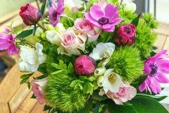 Stor härlig bukett av pioner, rosor, anemoner i en vas Royaltyfri Foto
