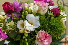 Stor härlig bukett av pioner, rosor, anemoner i en vas Royaltyfri Fotografi