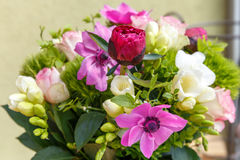 Stor härlig bukett av pioner, rosor, anemoner i en vas Arkivbilder