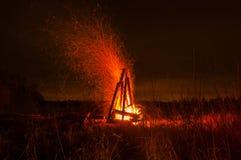 Stor härlig lägerbrand i nattskogen många ljusa gnistor flyger sammanlagt riktningar Royaltyfria Foton
