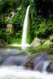 Stor härlig naturvattenfall i Bandung Indonesien arkivbilder