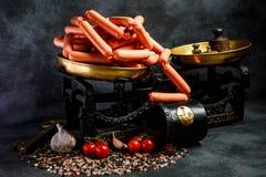 stor hög av okokta långa tunna frankfurterkorvar på antikvarisk våg royaltyfri foto