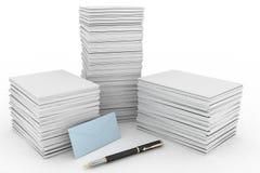 Stor hög av papper, postkuvertet och pennan på vit Arkivfoton