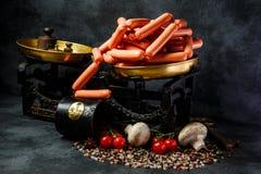 stor hög av rå långa tunna frankfurterkorvar på antikvarisk våg royaltyfri foto