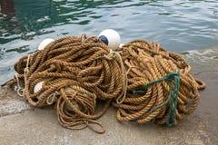 Stor hög av rep med flöten som binder fartyg och använt i fiske I Arkivbild