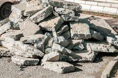 Stor hög av skadat trava för gammalt skräp för asfaltväg upp på jordningen Royaltyfria Bilder