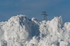 Stor hög plogad snö arkivfoto