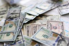 Stor h?g av USA-pengar som ner ligger i slumpm?ssig best?llning royaltyfri fotografi