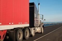 Stor halv lastbil med den röda släpet Royaltyfri Foto