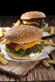 Stor hamburgare med hemlagad pommes frites Arkivbild