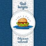Stor hamburgare med ost, sås, två hamburgare, grönsallat som ligger på den stora blåttplattan Vektorarbete för reklamblad, menyer Royaltyfri Foto
