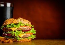 Stor hamburgare och förkylningCola på kopieringsutrymmeområde Arkivfoto