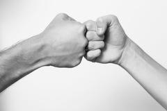 stor handshakeande som fungerar tillsammans Arkivfoto